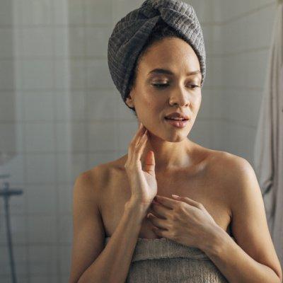 Frau im Badezimmer – Anti-Stress-Beauty