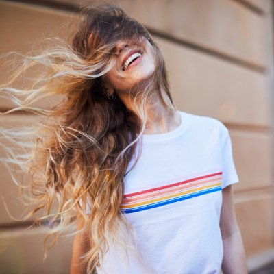 Junge Frau lacht