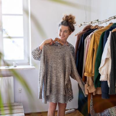 Junge Frau sucht etwas zum Anziehen aus