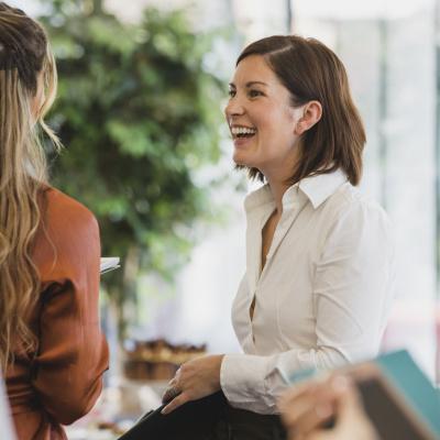Frauen im Büro unterhalten sich