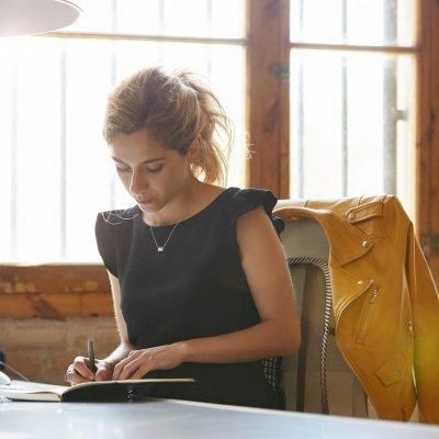 Frau sitzt am Schreibtisch