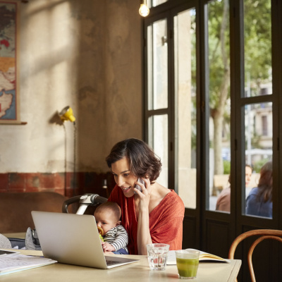 Frau mit Baby im Café vorm Computer: Endlich selbstständig sein