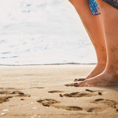 Erholung am Strand – Frau barfuß im Sand