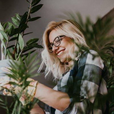 Frau mit Zimmerpflanze