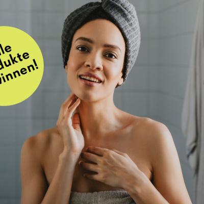 Frau im Handtuch im Badezimmer