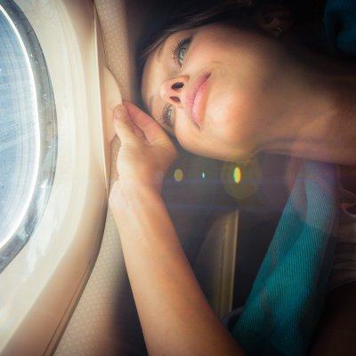 Angst bekämpfen: Frau mit Flugangst im Flieger