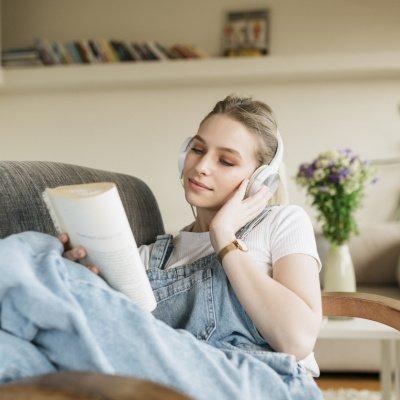 Lesende Frau mit Kopfhörern