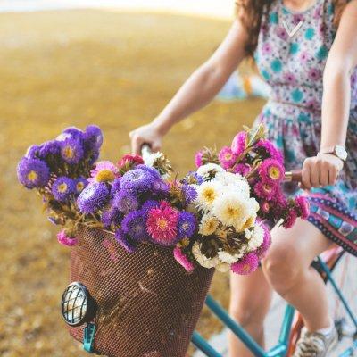 Frühjahrsmüde? Frau auf dem Fahrrad