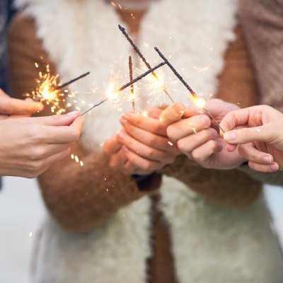 Silvester überleben Tipps: Wunderkerzen auf Silvesterparty