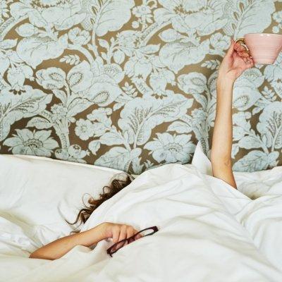 Frühjahrsmüdigkeit: Frau im Bett