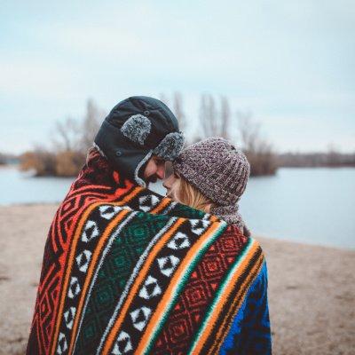 Glückliche Beziehung: Paar am See