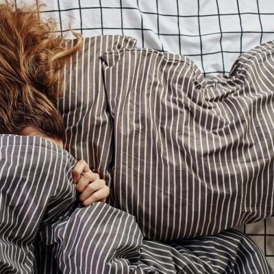 Keine Lust auf Sex? Frau zieht Bettdecke über den Kopf