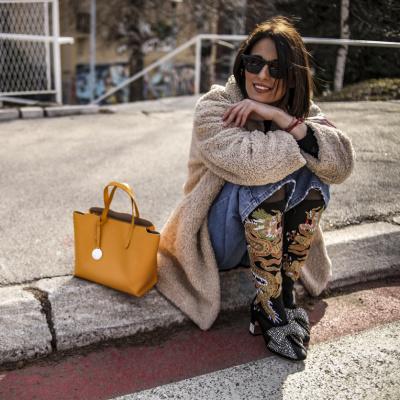 Frau sitzt auf dem Gehweg