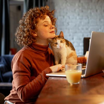 Frau mit Katze am Laptop