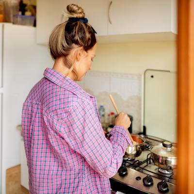 Frau kocht am Herd: Essen für jeden Tag