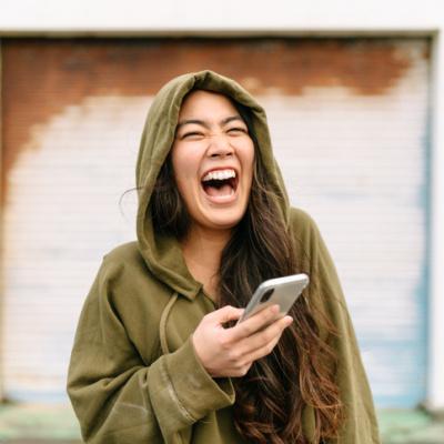 Frau lacht selbstbewusst