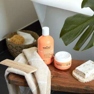 Haarpflege Produkte mit Kamm und Handtuch