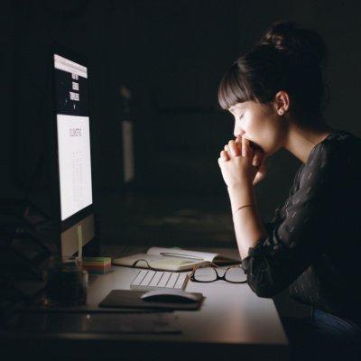 Frau erschöpft vor dem Computer