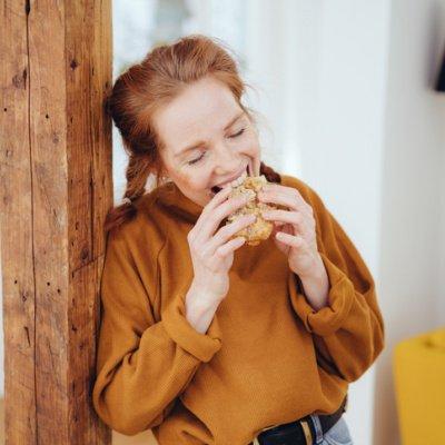 Frau beißt in ein Sandwich